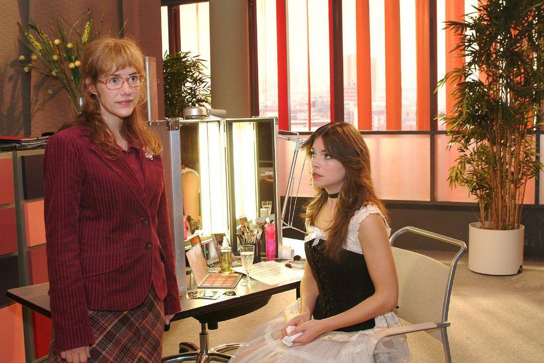 Lisa (Alexandra Neldel, l.) kann nicht fassen, dass Mariella (Bianca Hein, r.) ihr gesteht, dass sie ein Verhältnis mit Lars hat. (Dieses Foto von... - Bildquelle: Monika Schürle Sat.1