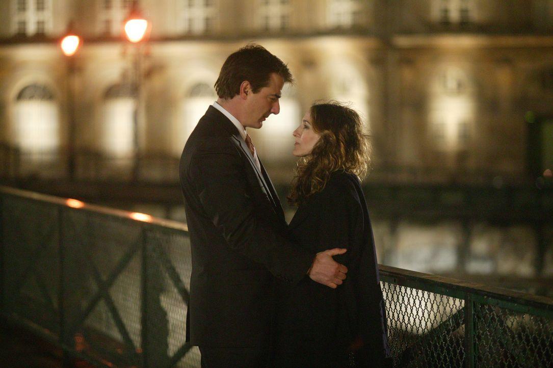 Ihnen wird endlich klar, dass sie füreinander geschaffen sind: Carrie (Sarah Jessica Parker, r.) und Big (Chris Noth, l.) ... - Bildquelle: Paramount Pictures