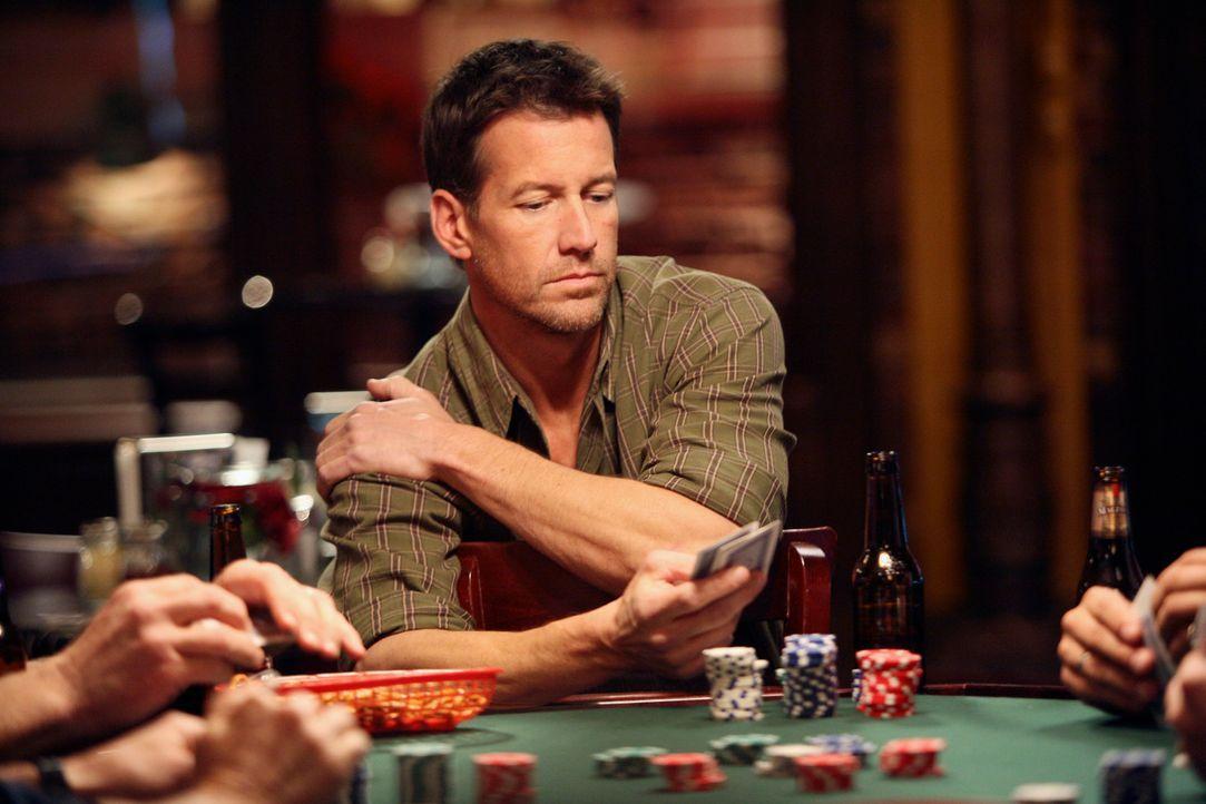Bei ihrem Pokerabend versucht Mike (James Denton) Ian wegen der Verlobung mit Susan festzunageln. Ian bemüht sich herauszureden, muss dann aber eins... - Bildquelle: 2005 Touchstone Television  All Rights Reserved