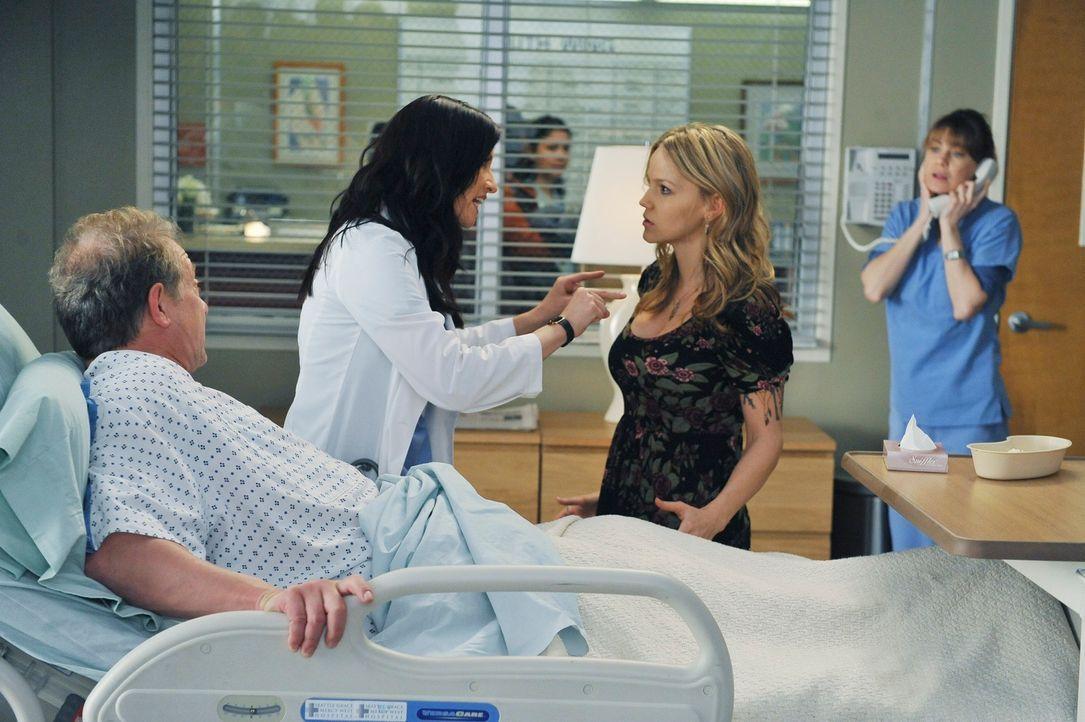 Schock für Meredith (Ellen Pompeo, r.) und Lexie (Chyler Leigh, 2.v.l.): ihr Vater (Jeff Perry, l.) wird eingeliefert, weil er Merediths Leber offen... - Bildquelle: ABC Studios