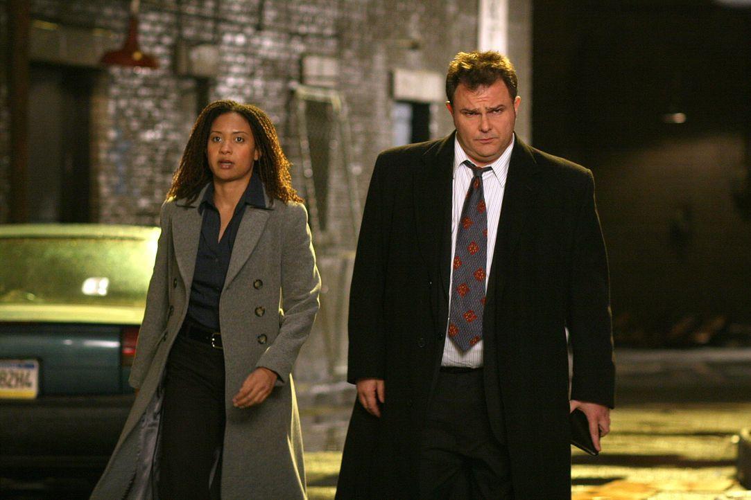Wird es Nick Vera (Jeremy Ratchford, r.) und Kat Miller (Tracie Thoms, l.) gelingen, den Fall endgültig zu klären? - Bildquelle: Warner Bros. Television