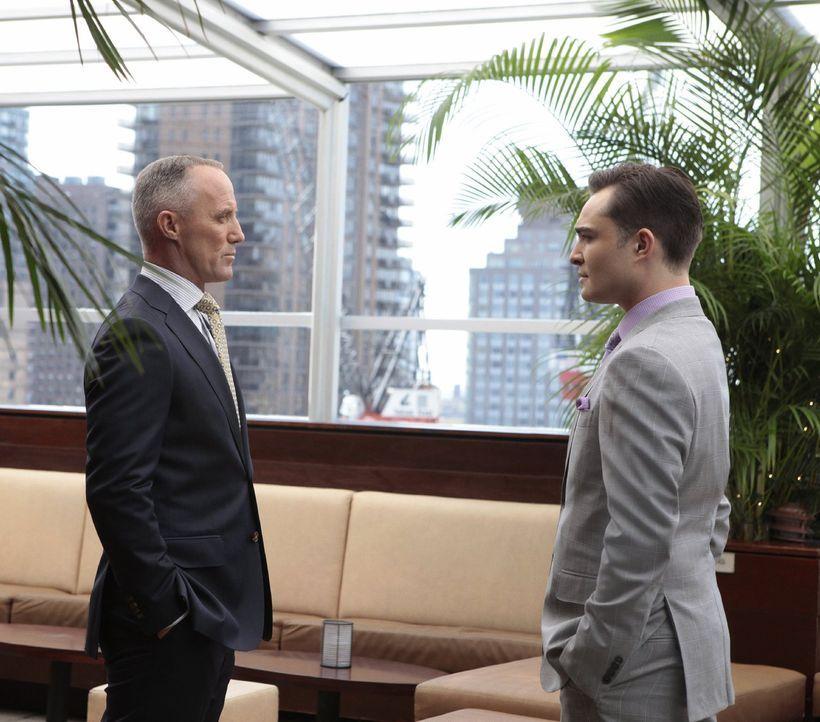 Bart Bass (Robert John Burke, l.) gibt zu, dass er stolz auf Chuck (Ed Westwick, r.) ist. Er habe während seiner Abwesenheit das Bass-Imperium solid... - Bildquelle: Warner Bros. Television