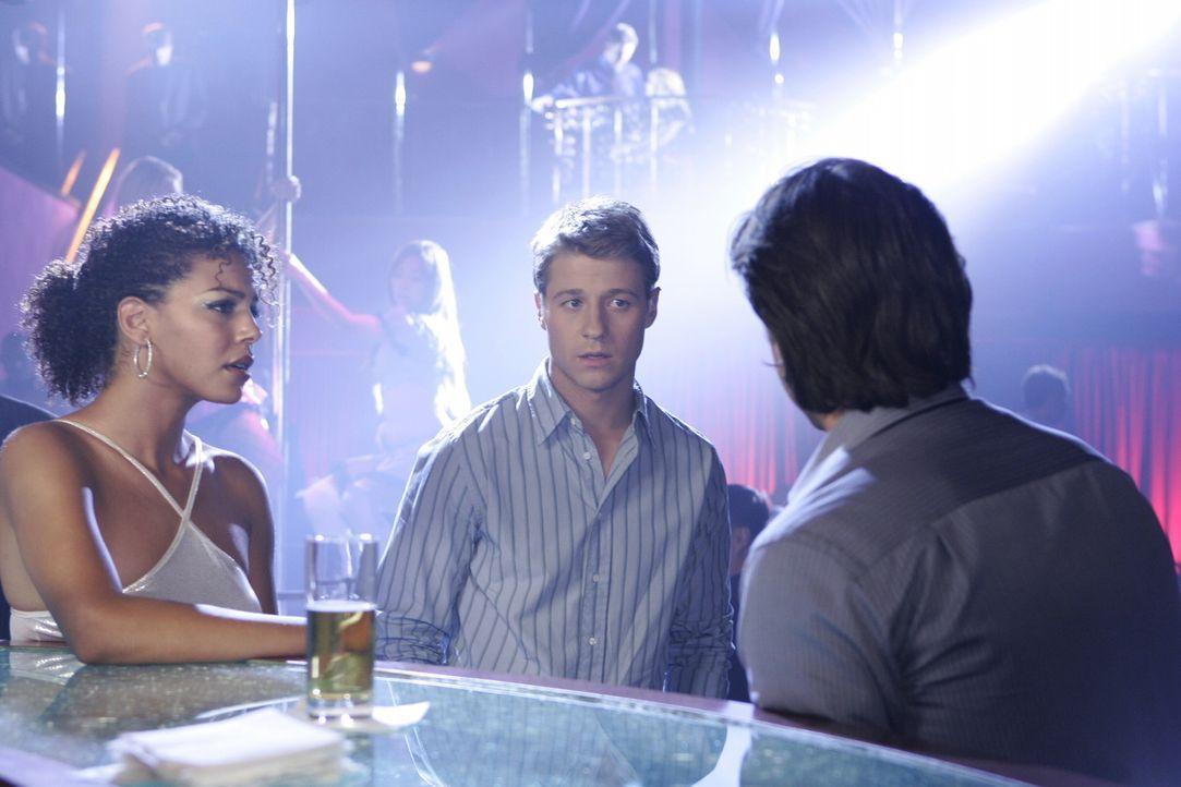 """Matt (Jeff Hephner, r.) gesteht Ryan (Benjamin McKenzie, M.), dass er wegen der vielen Arbeit in der """"Newport Group"""" seine Freundin verl... - Bildquelle: Warner Bros. Television"""
