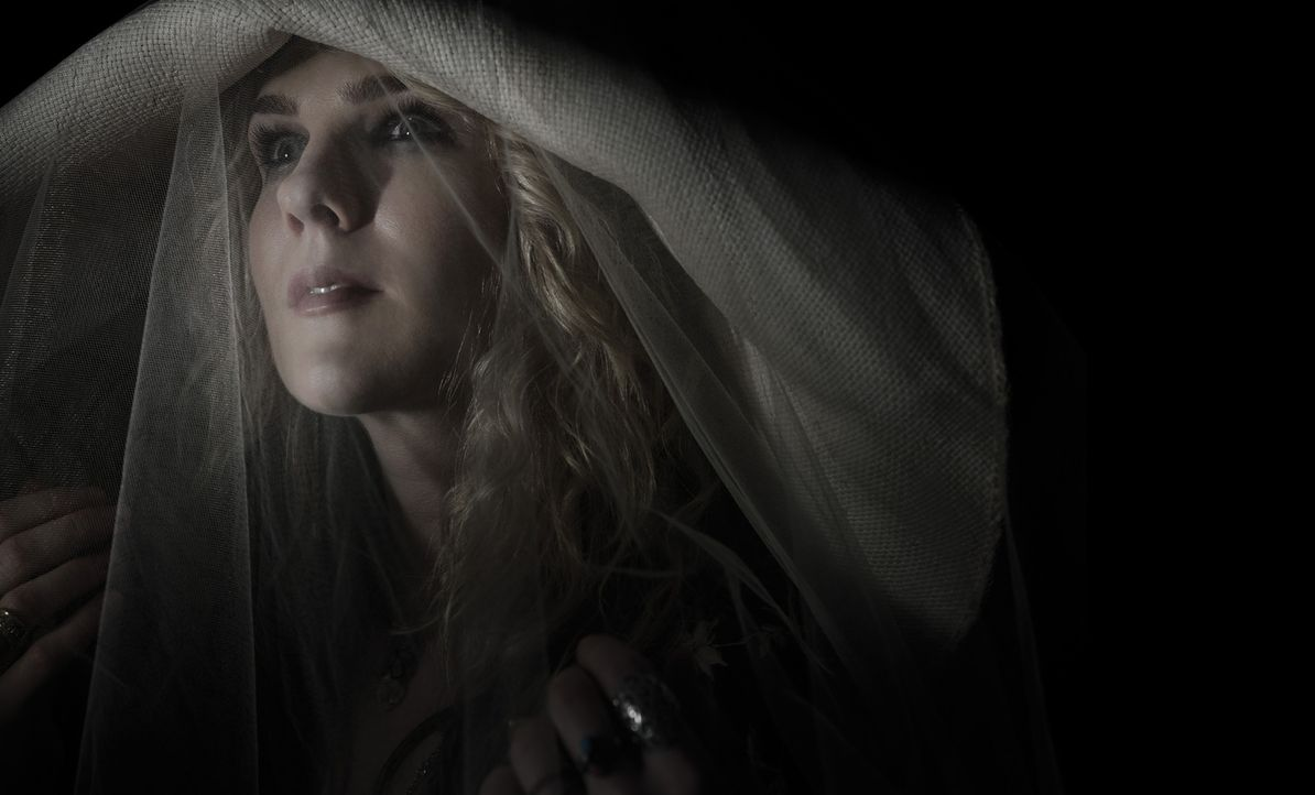 (3. Staffel) - Was bewegt die sonst einsiedlerisch lebende Hexe Misty Day (Lily Rabe) wirklich, zu ihren Schwestern im Zirkel zurückzukehren? - Bildquelle: 2013-2014 Fox and its related entities. All rights reserved.