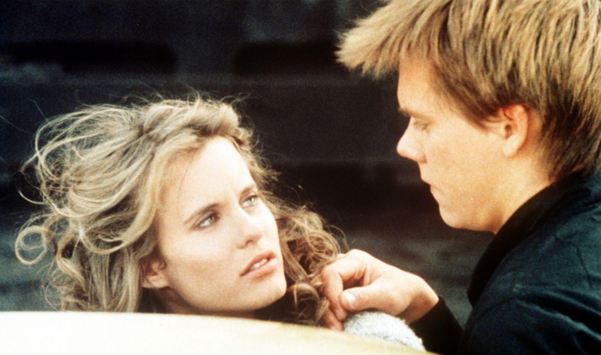 Ren McCormack (Kevin Bacon, r.) verliebt sich ausgerechnet in Ariel Moore (Lori Singer, l.), die Tochter des örtlichen Baptisten-Predigers ... - Bildquelle: Paramount Pictures