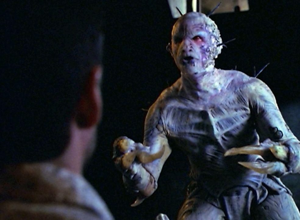 Eine grausame Kreatur (Jeff Ricketts) treibt in den Gängen der Kanalisation ihr Unwesen ... - Bildquelle: The WB Television Network