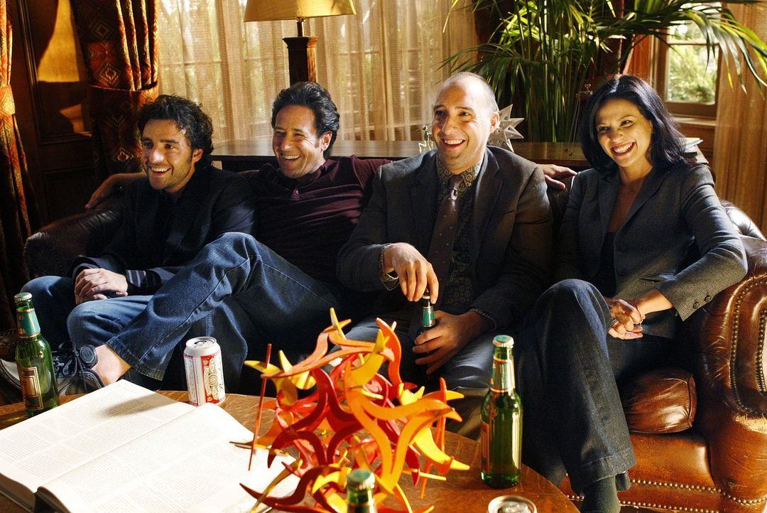 Bei den Dreharbeiten: Russell Lazlo (Tony Hale, 2.v.r.), Charlie (David Krumholtz, l.), Amita (Navi Rawat, r.) und Don (Rob Morrow, 2.v.l.) ... - Bildquelle: Paramount Network Television