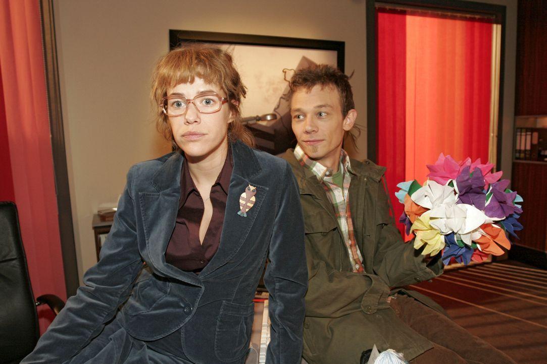 Lisa (Alexandra Neldel, l.) erzählt Jürgen (Oliver Bokern, r.), dass Rokko nun bei Kerima Moda bleibt, weil David sich davon hinsichtlich Mariella V... - Bildquelle: Noreen Flynn SAT.1 / Noreen Flynn